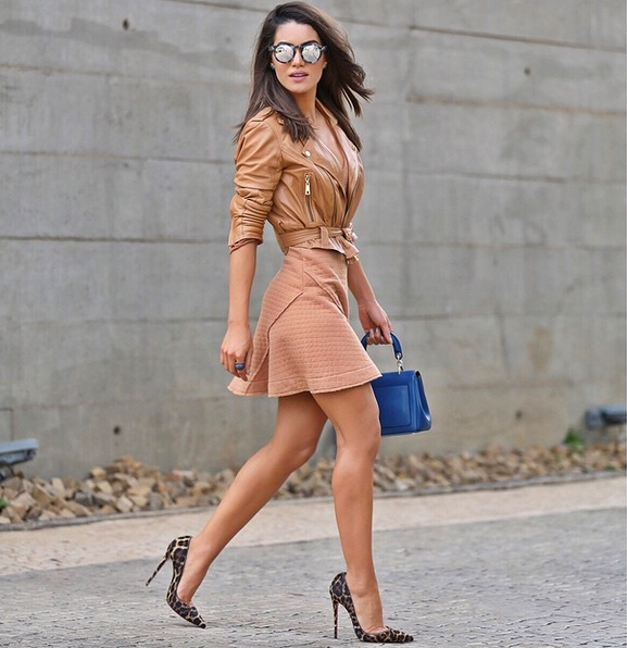 Camila Coelho, do blog Super Vaidosa, optou pela produção monocromática com peças no tom caramelo. O scarpin animal print Louboutin e a bolsa azul Dior completam o look.