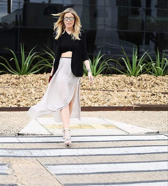 Adoramos o look sóbrio que a Fabiana Justus usou no segundo dia de evento. O top cropped com a saia plissada, de comprimento midi, deixaram a produção super elegante.