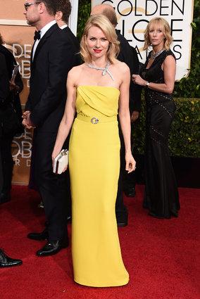 Naomi Watts optou pelo amarelo da Burberry